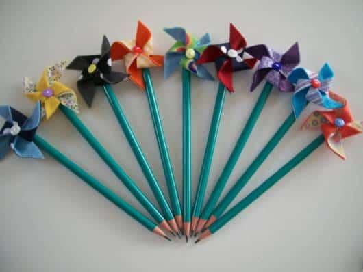 Lembrancinha dia das crianças em feltro lápis com ponteira de catavento
