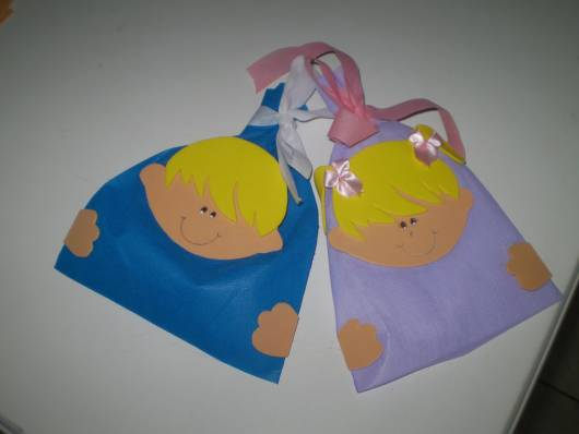 Lembrancinha dia das crianças em TNT saquinhos azul e lilás