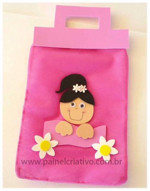 Lembrancinha dia das crianças em TNT sacolinha rosa com aplique de EVA