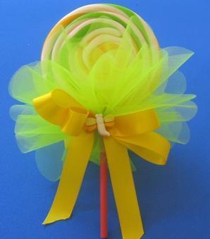 Lembrancinha dia das crianças com pirulito decorado com tule