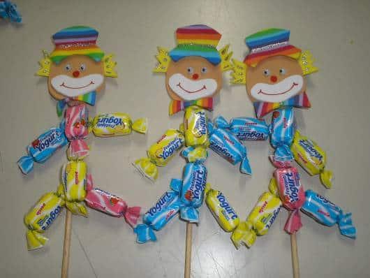 Lembrancinha dia das crianças em EVA aplique de palhacinho em palito
