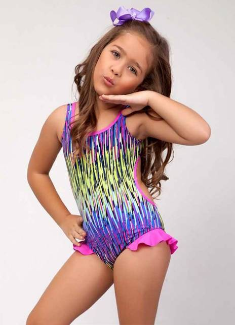 As meninas adoram maiôs coloridos, aposte neles!