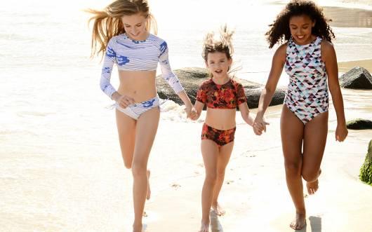 As meninas podem ficar na moda até mesmo brincando na areia!