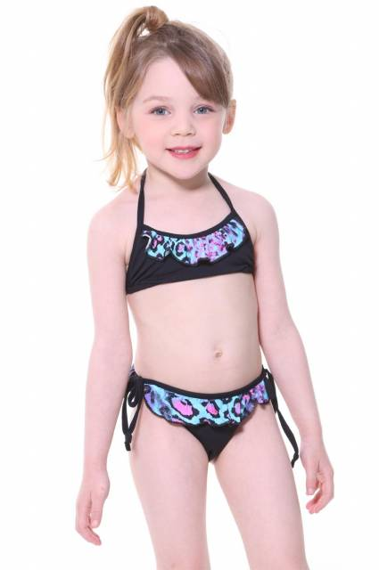 O animal print ainda está super forte na moda praia infantil