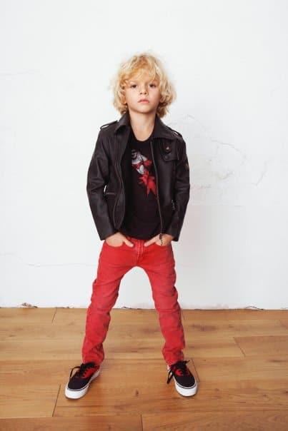 A calça jeans colorida deixa o look mais estiloso