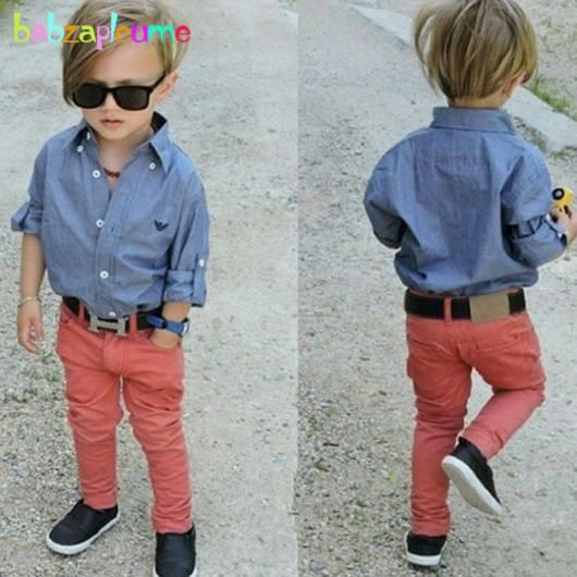 Look infantil masculino com calça colorida e camisa jeans