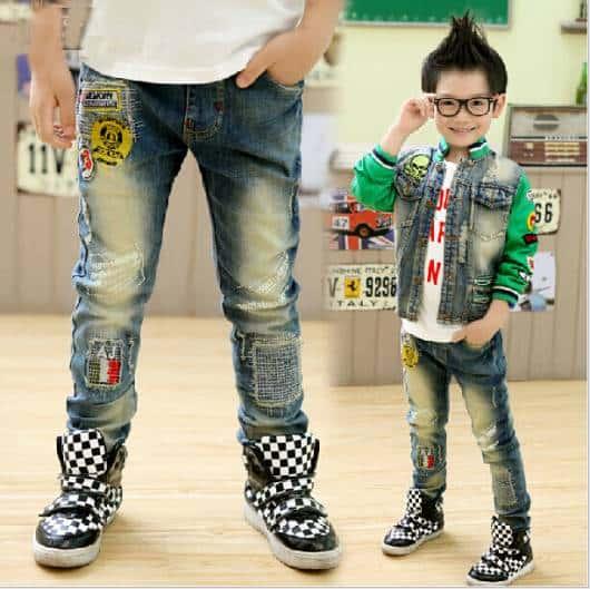 Look infantil masculino com calça jeans cheia de patches