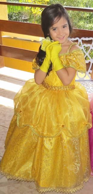 Componha da fantasia de Bela com luvas amarelas