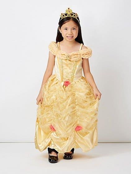 A coroa e o sapato boneca preto compõe a fantasia da princesa Bela