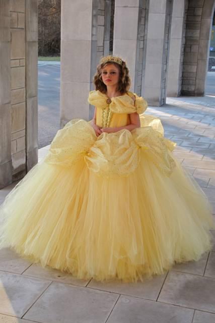 O tule ajuda a deixar o vestido amarelo mais bufante