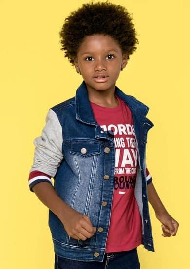 Dica de jaqueta jeans com mangas de moletom diferente