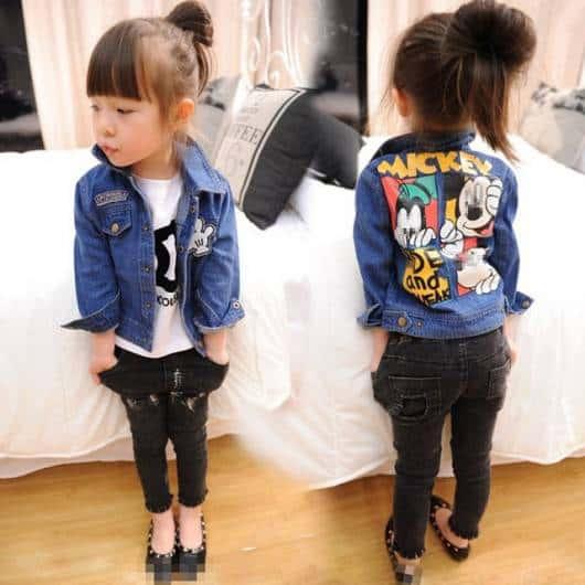 Modelo de jaqueta jeans para meninas com aplique da Disney