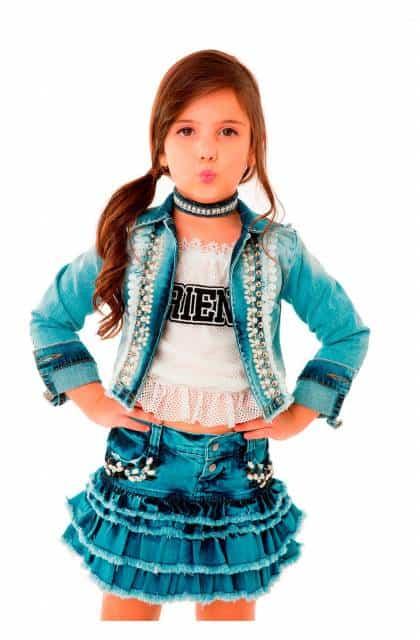 Look moderno infantil com jaqueta jeans