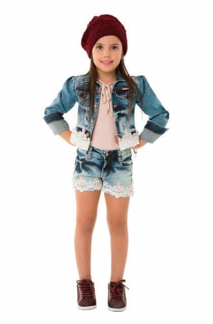 A menina pode usar a jaqueta jeans com shorts jeans