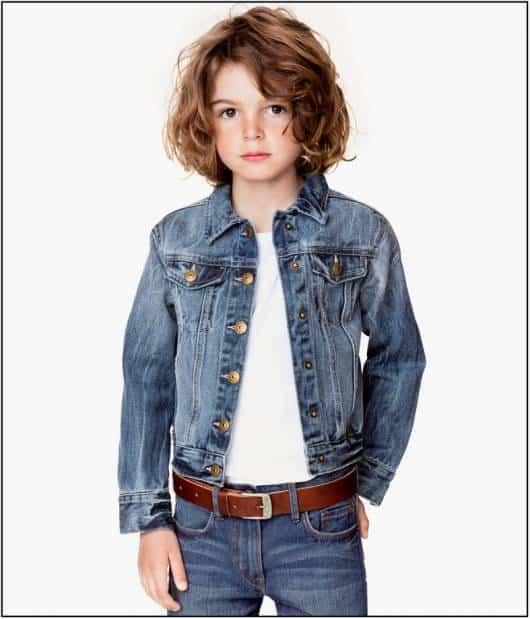 Componha o look infantil com jaqueta e calça jeans