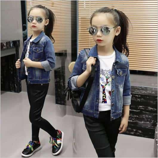 As meninas podem ficar muito estilosas com jaquetas jeans