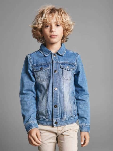 Jaqueta jeans infantil com botões fechados
