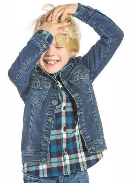 Faça sobreposições com a jaqueta jeans
