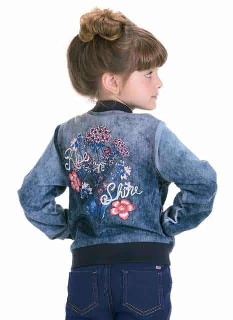 Jaqueta infantil feminina com detalhes bordados na parte de trás