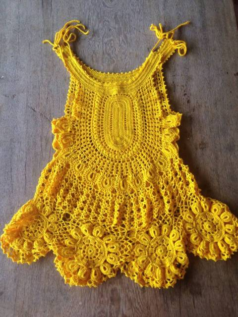 Veja que saída de praia linda de crochê amarela
