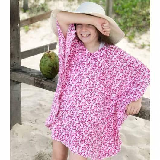Modelo larguinho de saída de praia estampada infantil