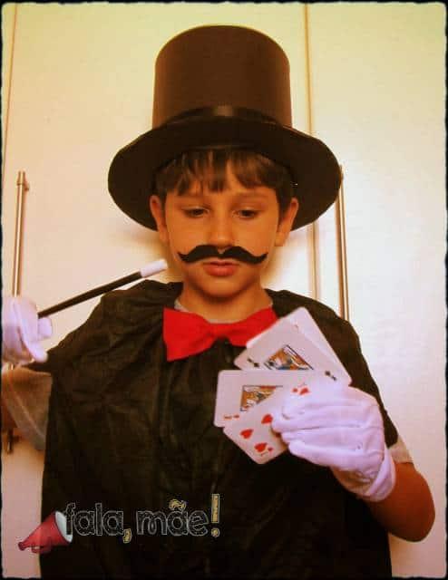 Para que a fantasia de mágico infantil fique completa, aposte no bigode, bem como nas cartas!