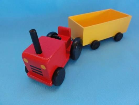 Caminhão amarelo e vermelho.
