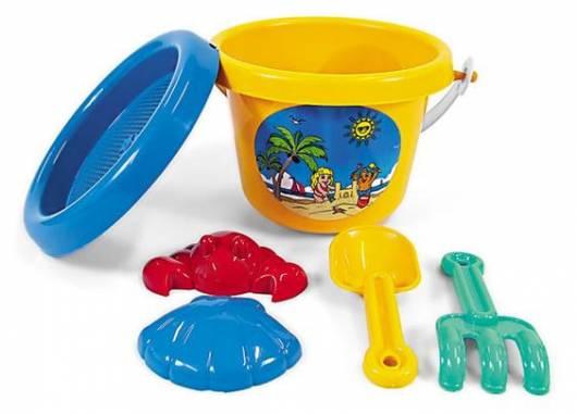 Baldinho amarelo, forma de concha e outros brinquedos de praia.