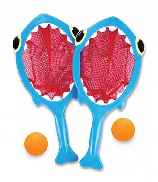 Duas raquetes azuis com desenho de tubarão.