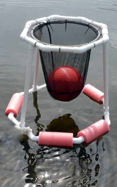 Cesta de basquete improvisada no mar.