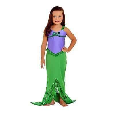 Top lilás e saia verde, imitando a cauda de uma sereia.