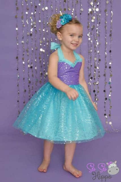Menina vestindo fantasia luxo da Ariel.