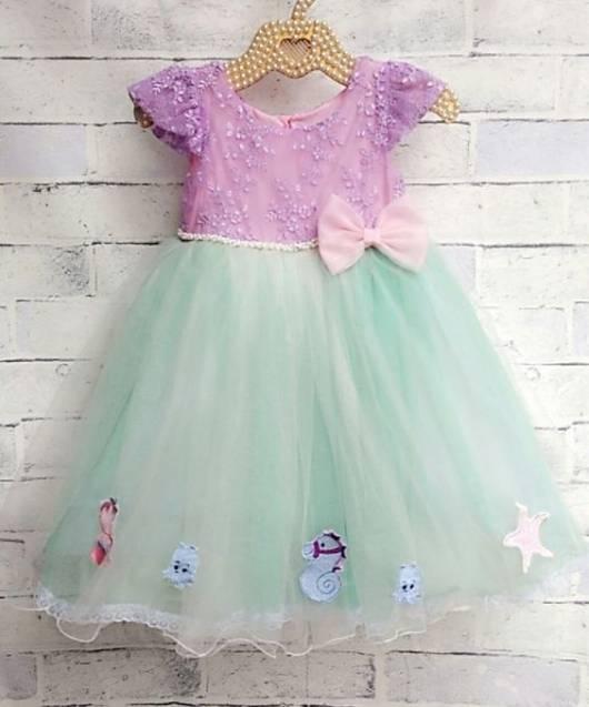 Vestido com a parte de cima lilás e a saia verde.