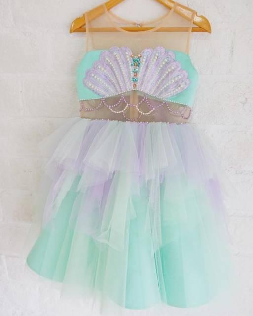 Vestido verde e lilás, com detalhes de conchas.