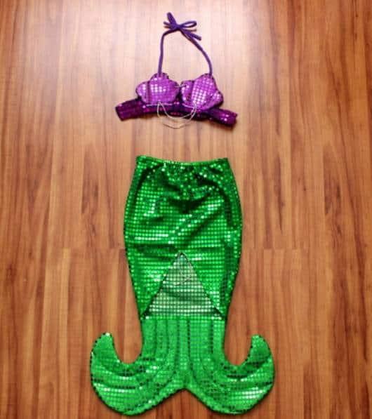 Fantasia Ariel com saia que imita cauda de sereia e top com conchas.