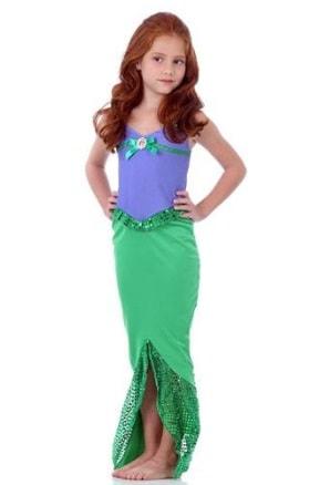 Fantasia Ariel com saia verde com fenda e blusinha lilás.