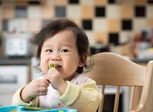 bebê comendo brocólis