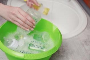 Esterilizar ou não? Especialistas indicam lavar com água e sabão