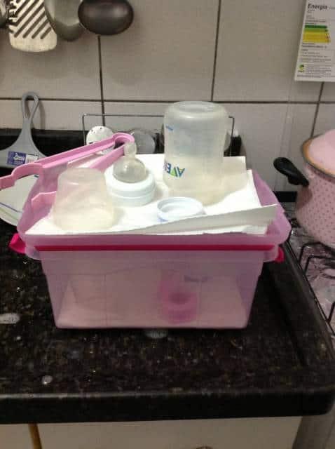 O jeito certo de secar as mamadeiras esterilizadas é em cima do papel toalha