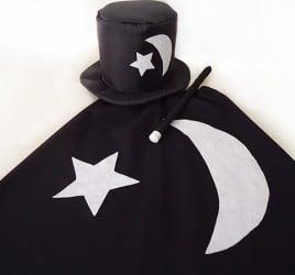 Capa e cartola com lua e estrela combinam com o visual do mágico