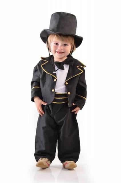 Crianças de todas as idades podem se vestir com uma fantasia de mágico infantil