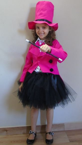 A saia de tule deixa a fantasia de mágico feminina bem fofa!