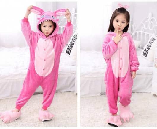 Você também encontra pijamas do Stitch na cor rosa