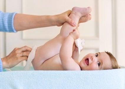 cuidados com recém-nascidos trocando a fralda