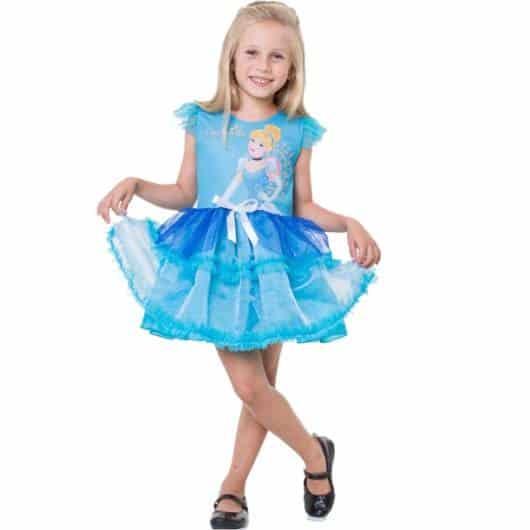 Além disso, há vestidos da Cinderela com imagem da própria princesa