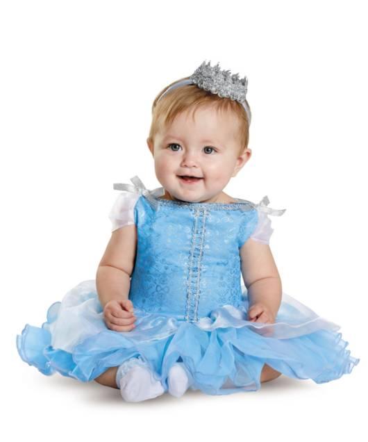 Bebê linda fantasiada de Cinderela com coroa