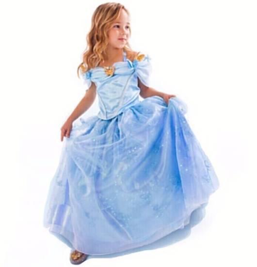 A menininha fica bem delicada com a fantasia cinderela