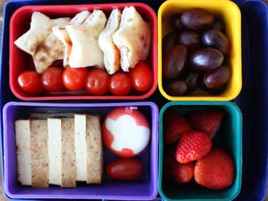 Divida as frutas e demais lanchinhos em compartimentos