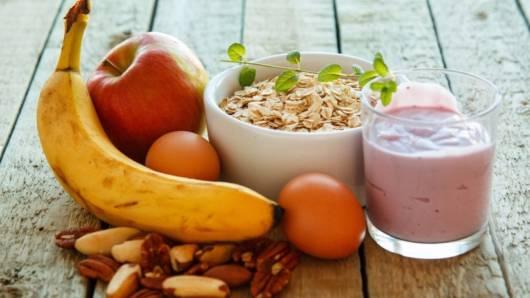 Frutas, iogurtes naturais e cereais