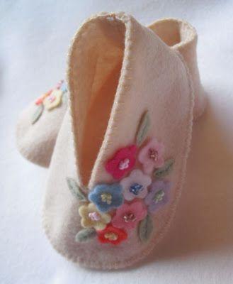 Sapatinho de bebê: Em feltro com flores